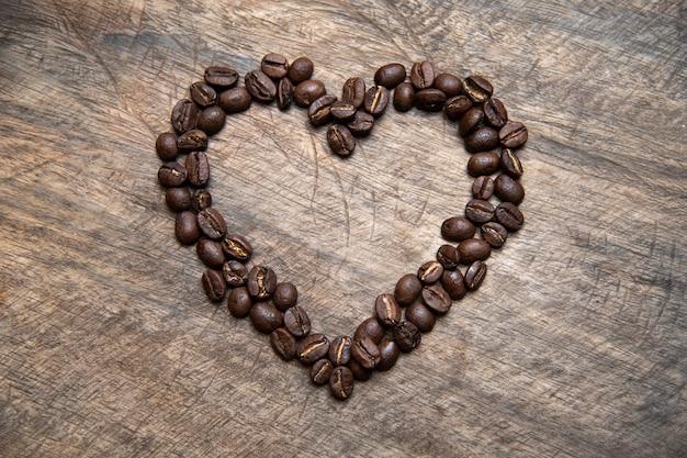 Grains de café en forme de coeur, concept de la saint-valentin
