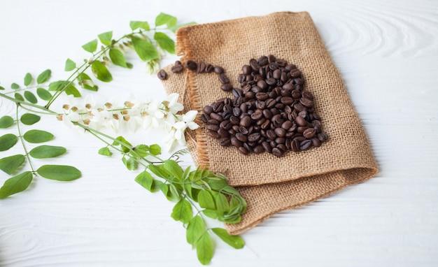 Grains de café en forme de coeur fond blanc isolé