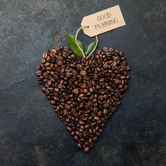 Grains de café en forme de coeur sur rustique foncé