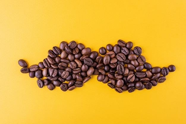 Grains de café en forme de moustache pour le concept movember