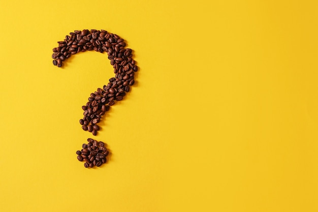 Grains de café en forme de point d'interrogation