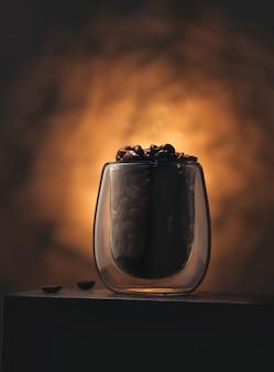 Grains de café fraîchement torréfiés dans une tasse en verre