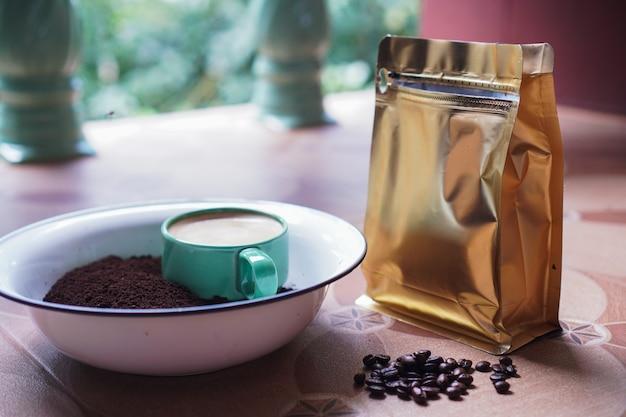 Grains de café frais de tasse de café et poudre moulue