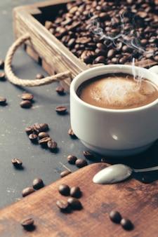 Grains de café frits noirs sur fond texturé foncé