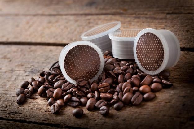 Grains de café avec des gousses.