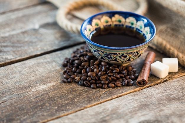 Grains de café. grains de café torréfiés sur la table en bois marron