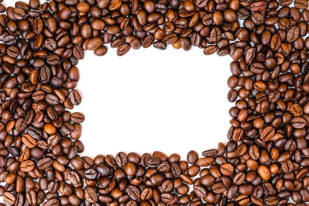 Grains de café haut vue espace copie, fond blanc