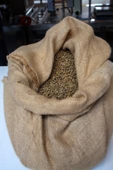 Grains de café à l'intérieur du sac de jute