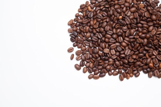 Grains de café isolés sur blanc. fond de café