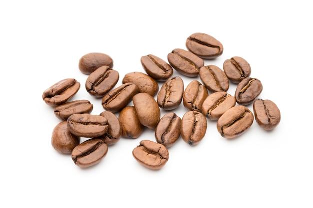 Grains de café isolés sur blanc, gros plan, macro
