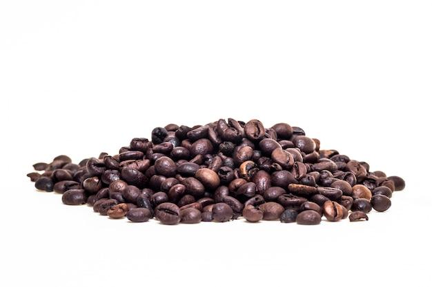 Grains de café isolés sur blanc