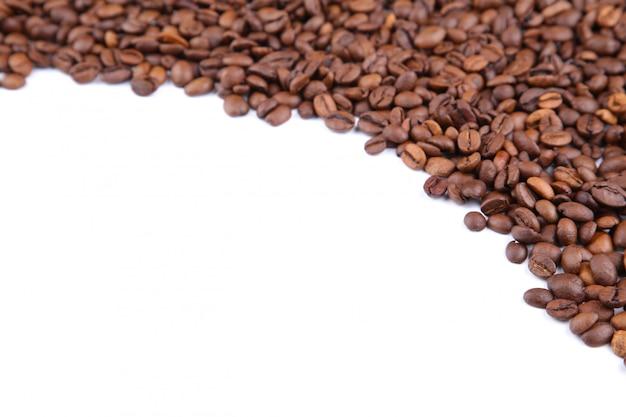 Grains de café isolés sur un blanc