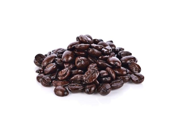 Grains de café isolés sur blanc.