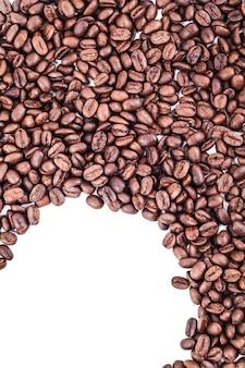 Grains de café isolés sur fond blanc avec fond pour texte