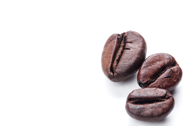 Grains de café isolés sur une surface blanche