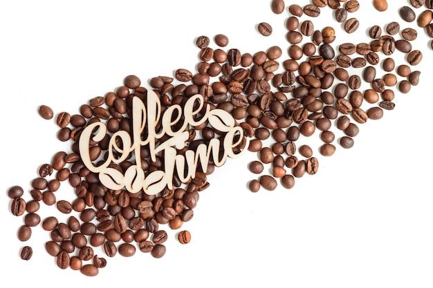Grains de café isolés sur la vue de dessus de fond blanc