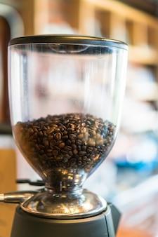 Les grains de café en machine.