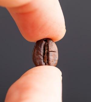 Grains de café à la main