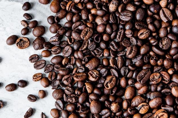Grains de café sur marbre
