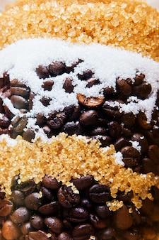 Grains de café avec morceaux de sucre