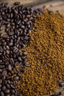 Grains de café et motifs sur une table