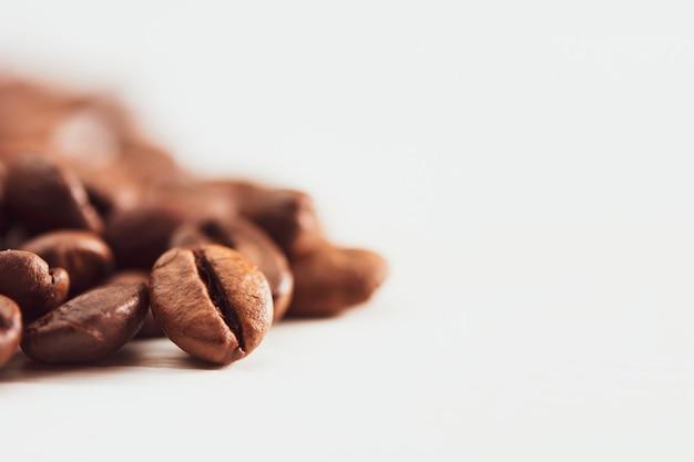 Grains de café sur mur blanc