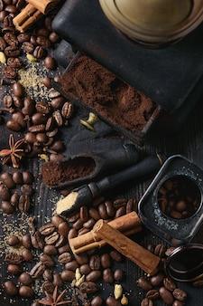 Grains de café noir aux épices