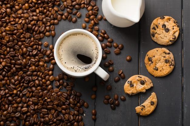 Grains de café noir sur fond noir