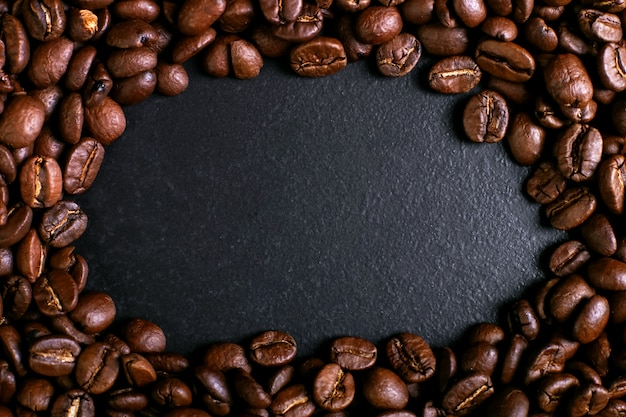 Grains de café parfumés sur fond de table rustique