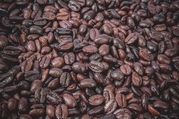 Grains de café placés sur le sol.