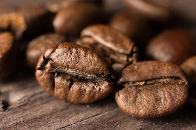 Grains de café sur planche de bois
