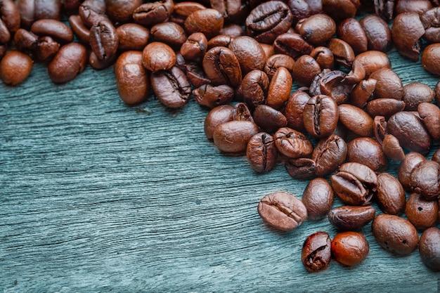 Grains de café sur le plancher en bois