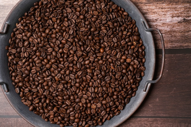 Grains de café sur un plateau