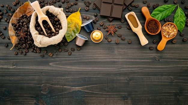 Grains de café et poudre de café sur fond de bois foncé