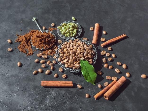 Grains de café, poudre moulue, cannelle et cardamome