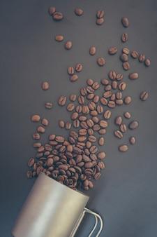 Grains de café et poudre moulue sur tableau noir. vue de dessus avec espace copie