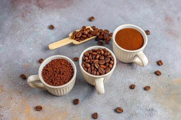 Grains de café et poudre moulue.