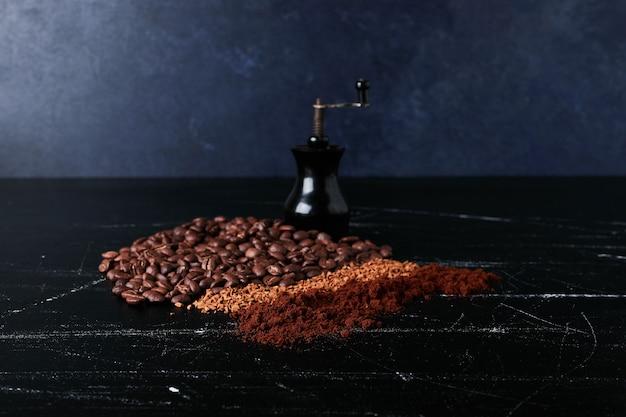 Grains de café avec de la poudre sur le sol