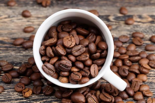 Grains de café pour préparer un délicieux café dans une tasse
