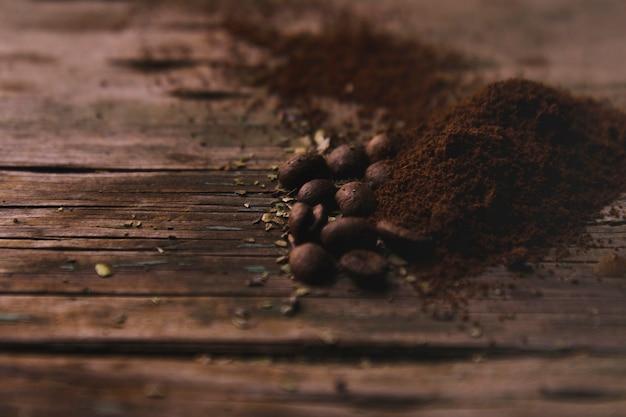 Grains de café près du café moulu