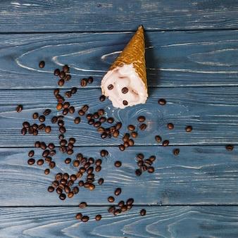 Grains de café près du cornet de glace