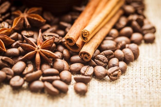 Grains de café renversés avec de la cannelle et de l'anis