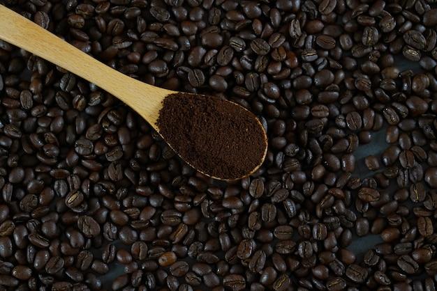 Grains de café rôtis et tasse à café