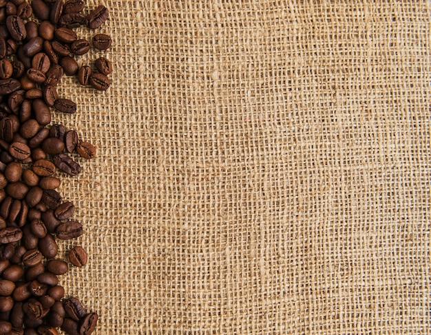 Grains de café sur un sac grossier
