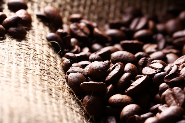 Grains de café sur un sac en tissu