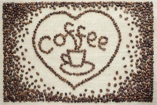 Les grains de café sont déposés sur le tissu en forme de cœur.