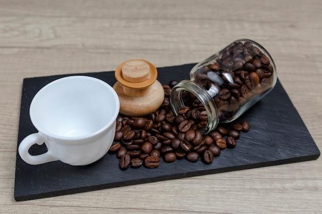 Grains de café sortant du pot