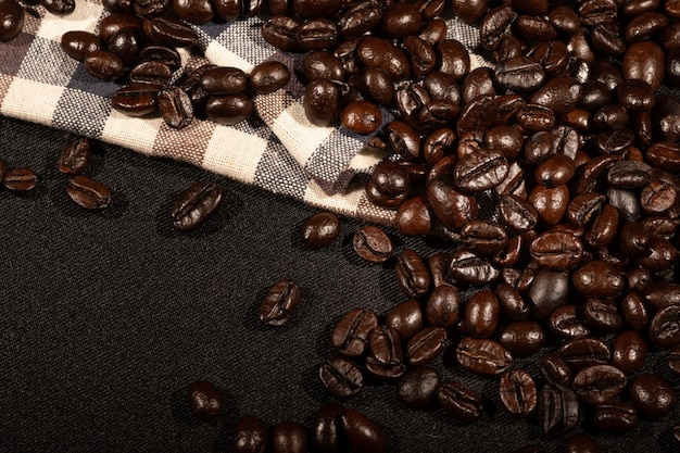 Grains de café sur une surface en tissu lin marron