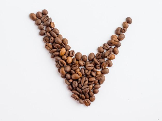 Grains de café de symbole de coche isolé, concept de contrôle de qualité des boissons