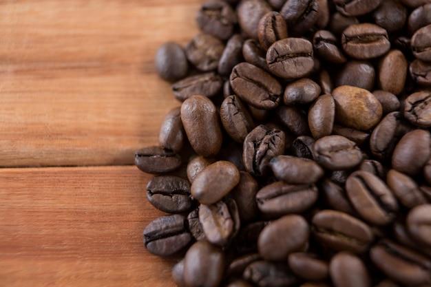 Grains de café sur table en bois